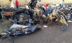 Avô e neto de 7 anos morrem em acidente entre caminhonete e carreta na BR-262