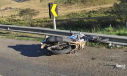 Caminhão bate de frente com motocicleta e rapaz morre em rodovia de MS