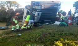 Mulher morre após carreta carregada com soja que era conduzida por seu marido tombar na BR-163 em MS
