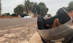 Deficiente morre ao passar em cima de entulho e cair de triciclo em Jardim