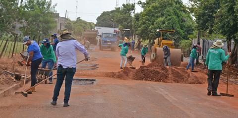 Com período de estiagem, Prefeitura de Fátima do Sul intensifica trabalho em operação tapa-buraco