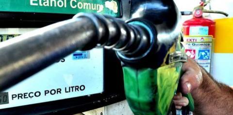 Consumo de combustíveis leves cai 30% em abril
