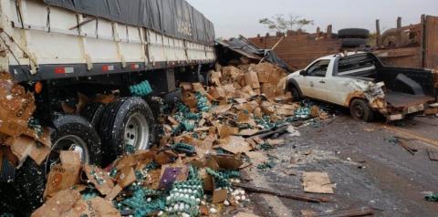 Caminhão com placas de Fátima do Sul, se envolve em acidente que deixou três pessoas feridas na BR-376 em Ivinhema
