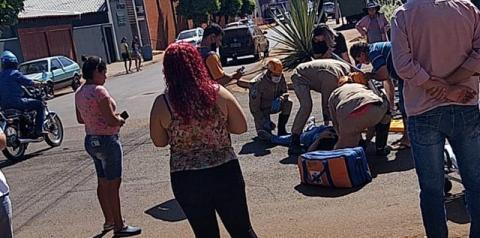 Acidente entre carro e moto deixa um ferido no centro de Fátima do Sul