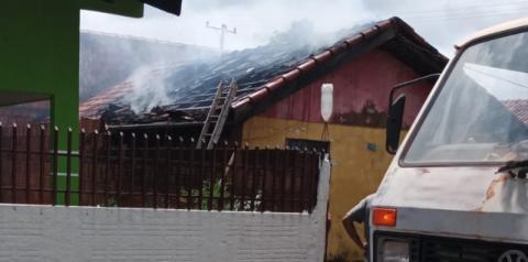 AGORA: Populares e funcionários da Prefeitura combatem incêndio em residência no município Jateí