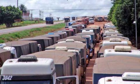 Caminhoneiros planejam bloquear rodovias em protesto contra aumento do combustível