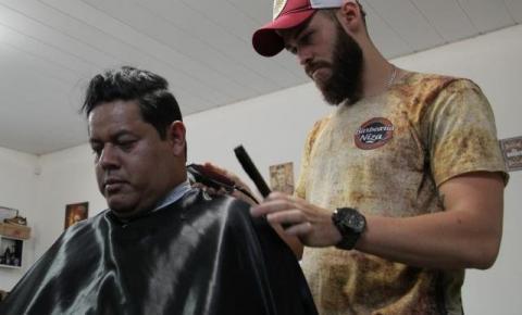 Após perder tudo no 1º dia, barbeiro se reergue e gosta de inspirar clientes
