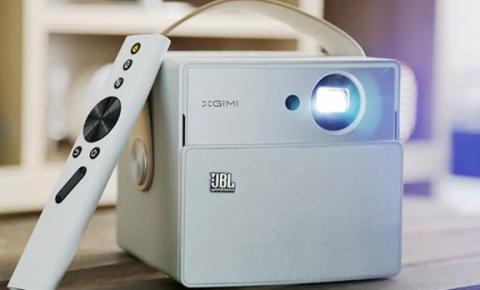 Projetor com som da JBL substitui TV e transforma sua parede em telão de cinema