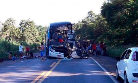 Batida de ônibus colide com carretas em Goiás mata pelo menos 6 pessoas