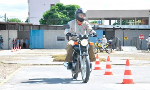 CNH para moto e 'cinquentinha' terá aulas e exames nas ruas