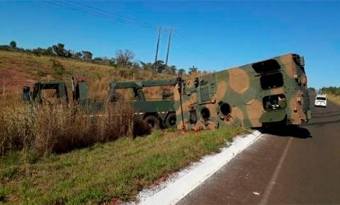 Guincho tomba após tentar desvirar blindado do Exército na MS-384