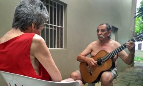 Músico que faz serenata todos os dias para esposa diagnosticada com a doença de Alzheimer