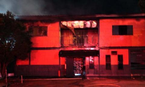 Pega fogo, cabaré: Garotas de programa brigam com cafetina e botam fogo em casa de prostituição em MS
