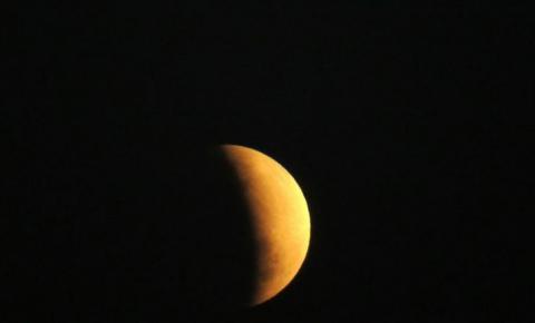 Sul-mato-grossenses registram eclipse lunar parcial em noite de céu aberto