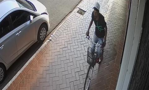 Câmera flagra furto de bicicleta no centro de Fátima do Sul. ASSISTA AO VÍDEO