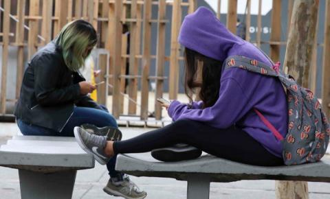 Uso de celular com cabeça inclinada pode causar lesão na cervical