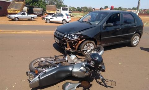 Acidente envolvendo dois carros e moto deixa homem ferido em Fátima do Sul