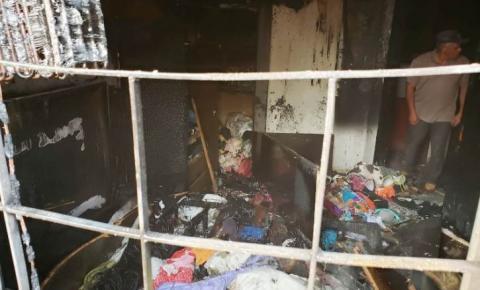 Carregador de celular na tomada pode ter sido a causa de incêndio que quase termina em tragédia em Deodápolis