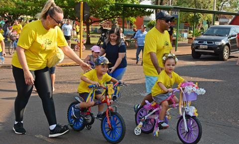 Pedal Solidário do Colégio Ideal reúne famílias e arrecada brinquedos para crianças carentes de Fátima do Sul