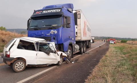 Acidente na BR-174 entre Uno e carreta deixa quatro mortos sendo uma mãe e bebê