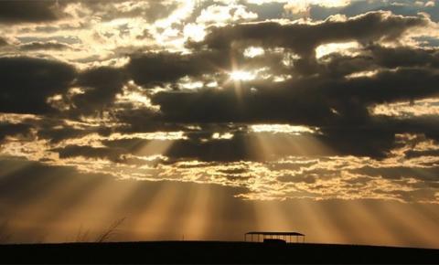 Meteorologia prevê dia parcialmente nublado com calor de 37°C