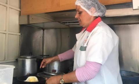 Da mesa com guarda-sol ao trailer, San ex-moradora em Fátima do Sul faz sucesso com prato feito por R$ 5