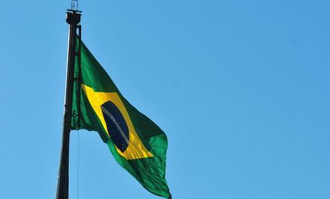 Lei obriga escolas estaduais a hastearem bandeira e cantar hino toda semana