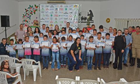 Projeto Bom de Bola Bom na Escola encerra as atividades de 2019 com homenagens e sorteios de bicicleta e bolas