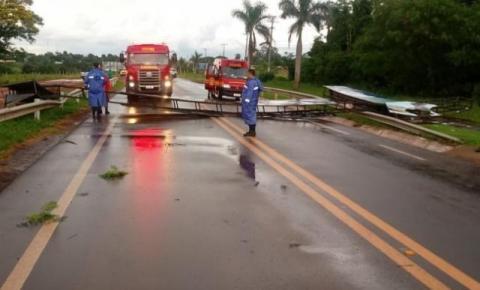 Temporal bloqueia trânsito na MS-156 após placa cair sobre pista em Amambai