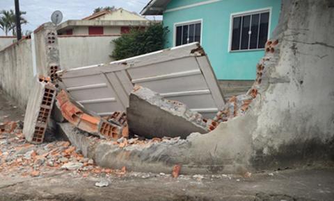 Motorista embriagado e não habilitado bate carro contra mureta e é preso em Fátima do Sul