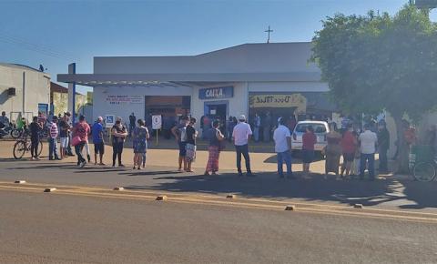 Agência da Caixa Econômica em Fátima do Sul registra fila para saque do auxílio emergencial