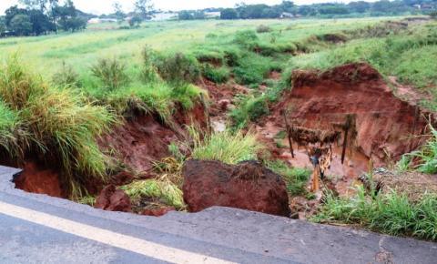 Erosão avança e atinge rodovia BR-376 em Ivinhema