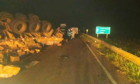 Colisão entre van e carreta mata 3 pessoas e deixa uma ferida na MS-040 em Santa Rita do Pardo