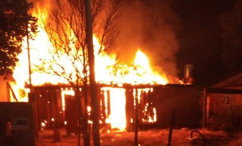 Casa de madeira é consumida por fogo durante incêndio em bairro de Fátima do Sul