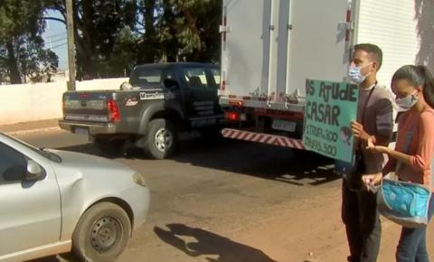 Desempregados, noivos levam trufas para vender em cruzamento de MS e realizar sonho do casamento