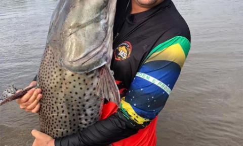 Homem pesca peixe de 1,70 metro e mais de 50 Kg no rio Brilhante