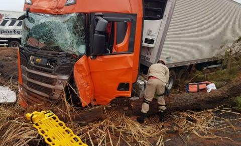 Carro capota após batida frontal em carreta na BR-267 e três ficam feridos  em Nova Andradina