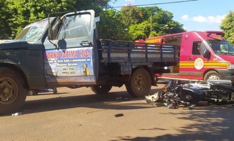 Motociclista é suspeito de fraturar braço e perna ao se envolver em acidente com caminhonete em Fátima do Sul