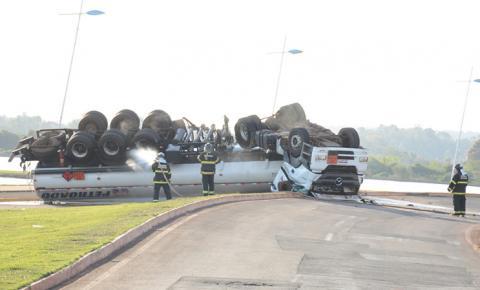 Caminhão com 30 mil litros de combustível tomba na Orla e motorista é encaminhado ao Hospital em Fátima do Sul