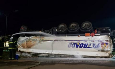 Caminhão que tombou e despejou 22 mil litros de etanol no Rio Dourado em Fátima do Sul é retirado da pista após 11 horas do acidente