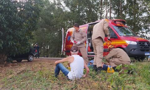 Irmãos ficam feridos após carro sair da pista e colidir em mangueira na rodovia BR-376, em Vicentina