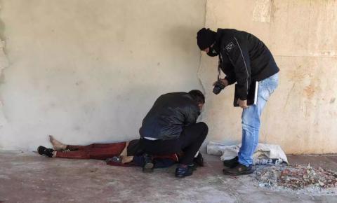 Mulher é encontrada morta em calçada em Dourados e polícia investiga se foi por frio