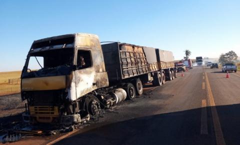 Carreta bitrem pega fogo e incêndio é apagado por bombeiros na BR-060 em MS; veículo ficou destruído