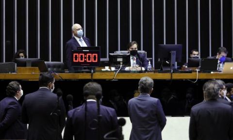 Câmara rejeita distritão e aprova retorno de coligações partidárias