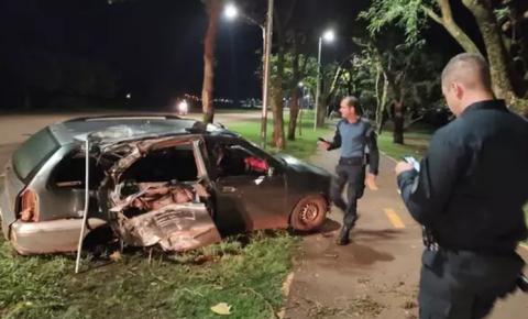 Bêbado e com 2 filhos no carro, motorista bate e arranca poste em Rio Brilhante