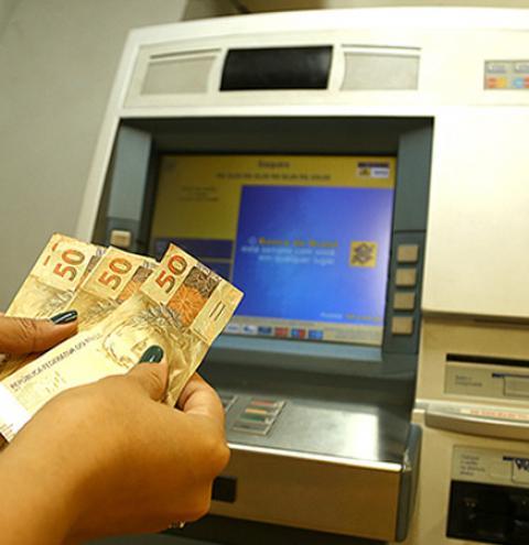 Pagamento de servidores estaduais que ganham até R$ 2 mil está disponível para saque