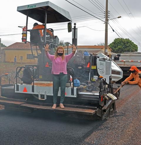 Prefeita Ilda Machado acompanha obras de pavimentação e drenagem da Rua Delamar Silva em Fátima do Sul